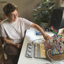 Emily A. Sprague: tiens une vraie personne derrière un synthétiseur modulaire