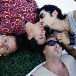 En 1995, les Red Hot Chili Peppers flinguent leur carrière en se roulant des pelles